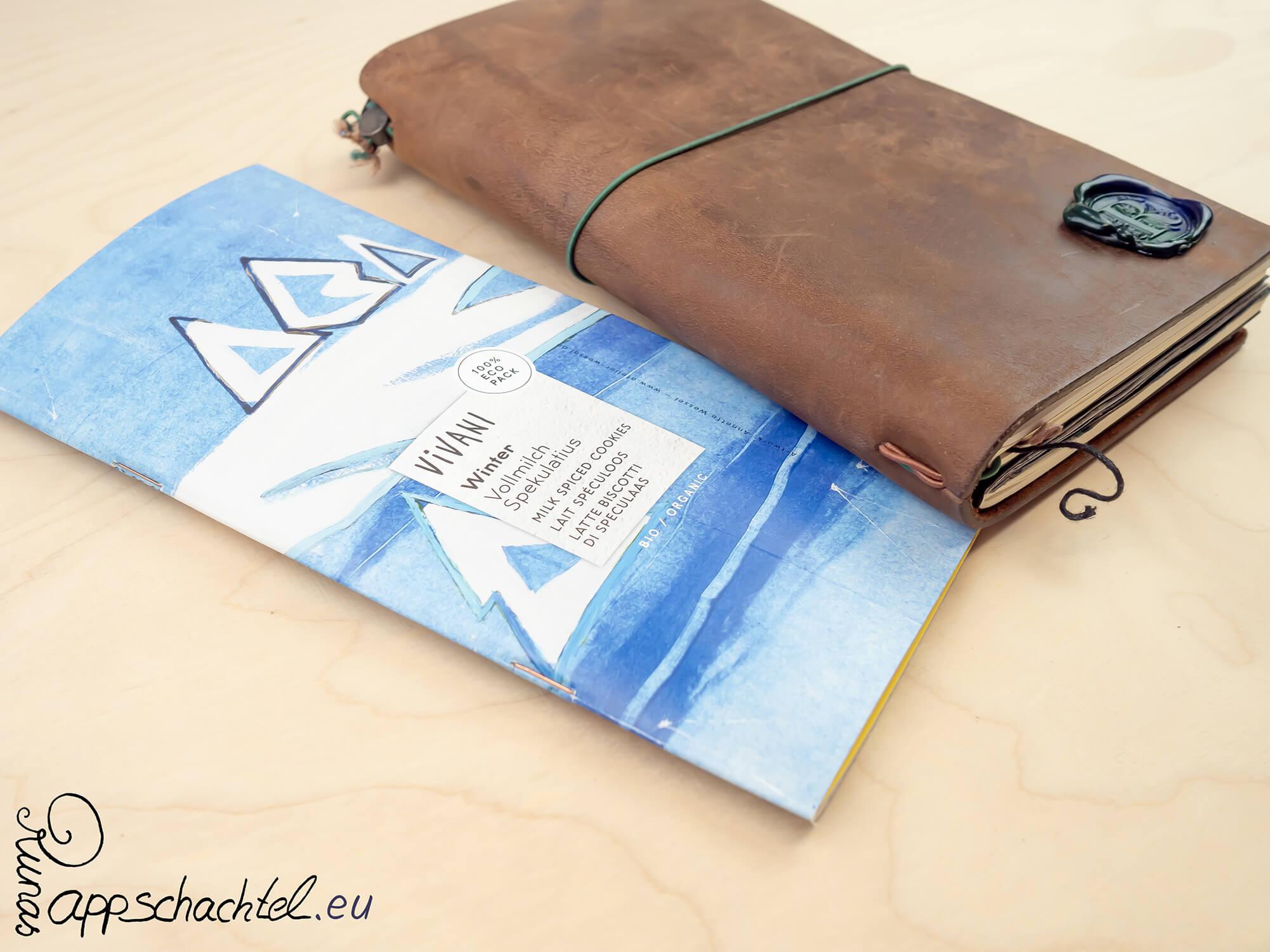 Klicke hier, um eine bebilderte Anleitung zu erhalten, um Deine eigenen DIY Travelers Notebook Insterts selbst basteln zu können. Natürlich kannst Du mit dieser Heftmehtode auch ein normales Notizheft oder auch ein Notizbuch zu binden. Selber machen: Notizbücher selber binden und heften- Komplette DIY Anleitung für Kinder, Anfänger und alle Anderen, die Notizbücher lieben und gerne selbst basteln. Dazu bekommst Du noch meine Tipps als kreative Inspiration. Alles auf pappschachtel.eu #Buchbinden #DIY #Upcycling #junkjournal #mixedmedia #artjournal #journal #craft #diy #howto #Anleitung