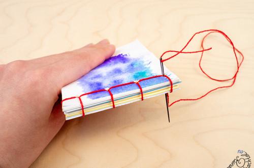 Hier bekommst Du eine anfängertaugliche Anleitung für eine ganz einfache Japanische Bindung, um ein Notizblock oder auch ein Notizbuch zu binden.