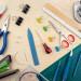 Flatlay mit Buchbinden Werkzeug